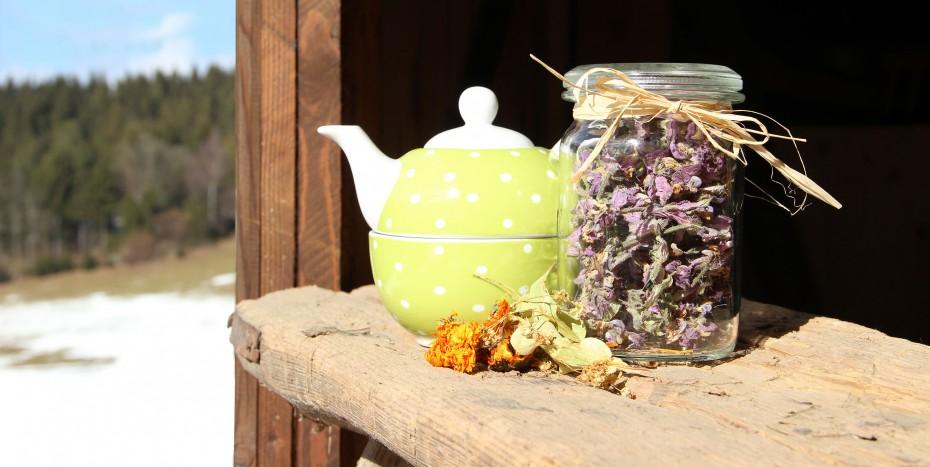 Teekanne auf Holz