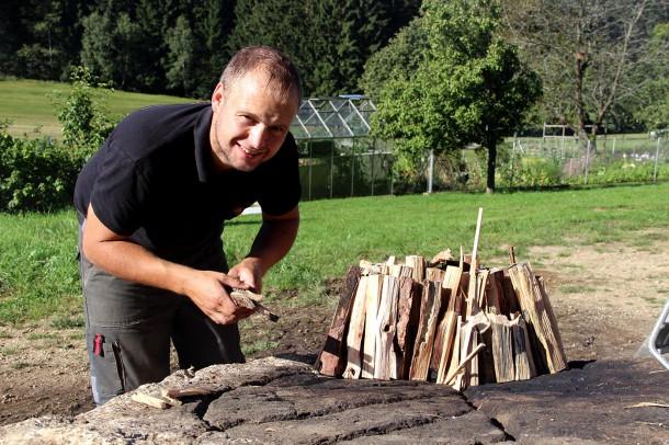 Pechölbrennen Holz aufbauen